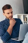 Fotografie Porträt von nachdenklich Geschäftsmann mit Laptop Teilnahme Webinar im Büro