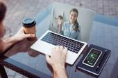 abgeschnittenes Bild eines Mannes, der mit Laptop an einem Webinar teilnimmt
