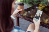 Kollegen unterhalten sich im Freien mit dem Smartphone