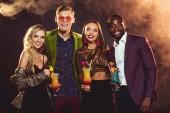 Fotografie lächelnd multikulturellen Freunde halten Alkohol Cocktails auf party