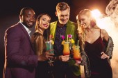Fotografie schönes Lächeln multikulturellen Freunde halten Alkohol Cocktails auf party