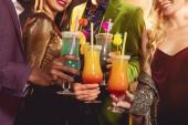 Fotografie Ansicht von Freunden halten Alkohol Cocktails auf Partei beschnitten