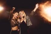 Fotografia belle ragazze felici ballando e cantando con il microfono in karaoke