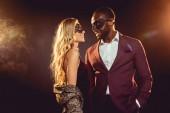 gyönyörű multikulturális pár új év party-val hátország Karneváli álarcok