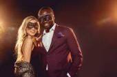 új év party karnevál-maszk-boldog multikulturális pár