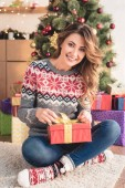 szép mosolygó nő készül a karácsony otthon és látszó-on fényképezőgép