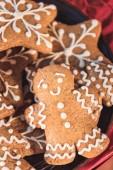 Detailní záběr na tradiční vánoční cukroví a perník muž s polevou
