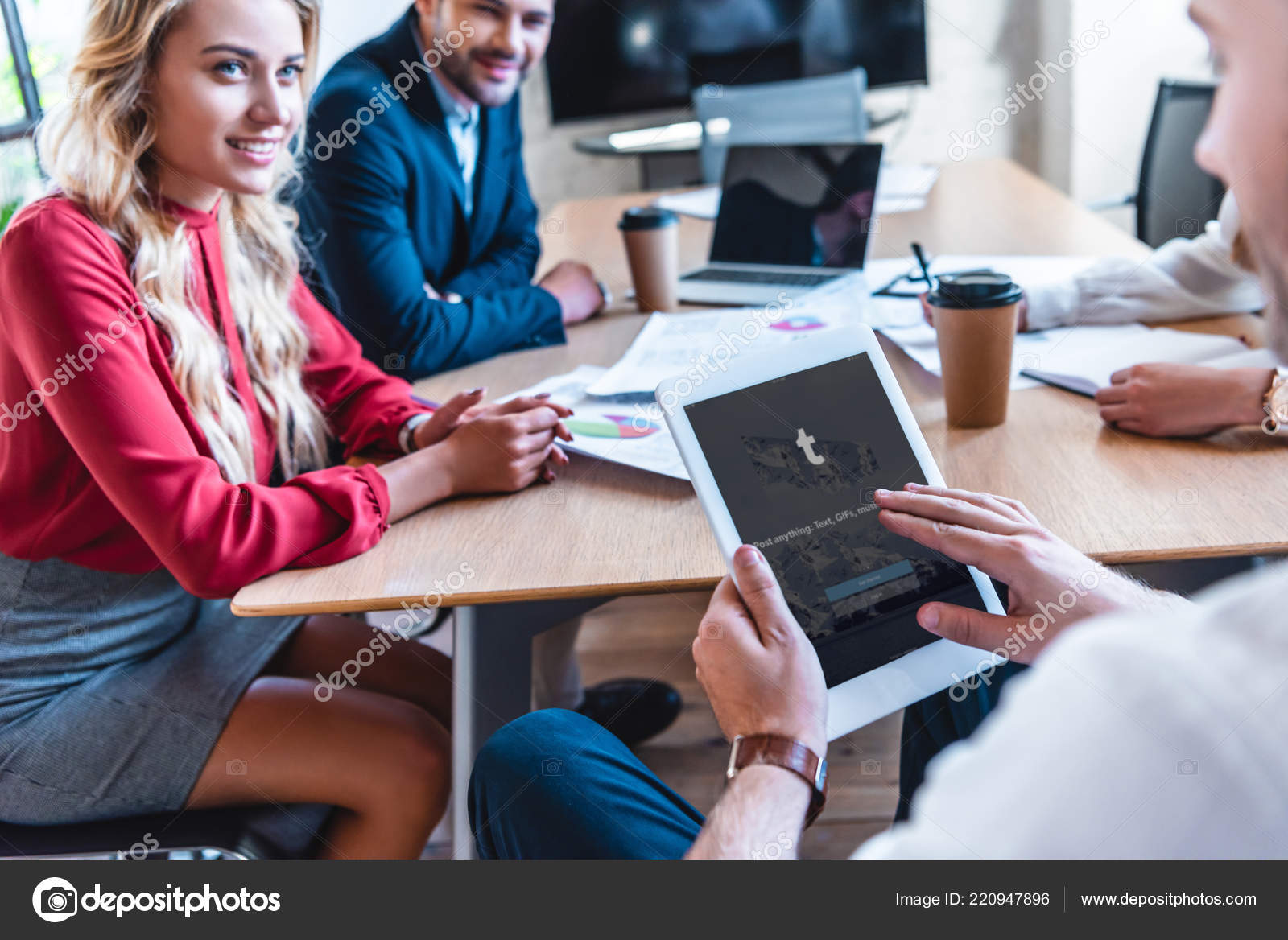 Teilansicht Der Geschaftsmann Mit Tablet Mit Tumblr Logo Auf Dem
