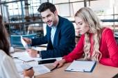 částečný pohled obchodní tým pracuje na nové obchodní myšlenky dohromady na pracovišti s doklady v úřadu