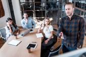 profesionální obchodní mladých lidí pracují společně v kanceláři