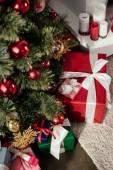 vánoční stromeček s cetky a dárkové krabičky v pokoji