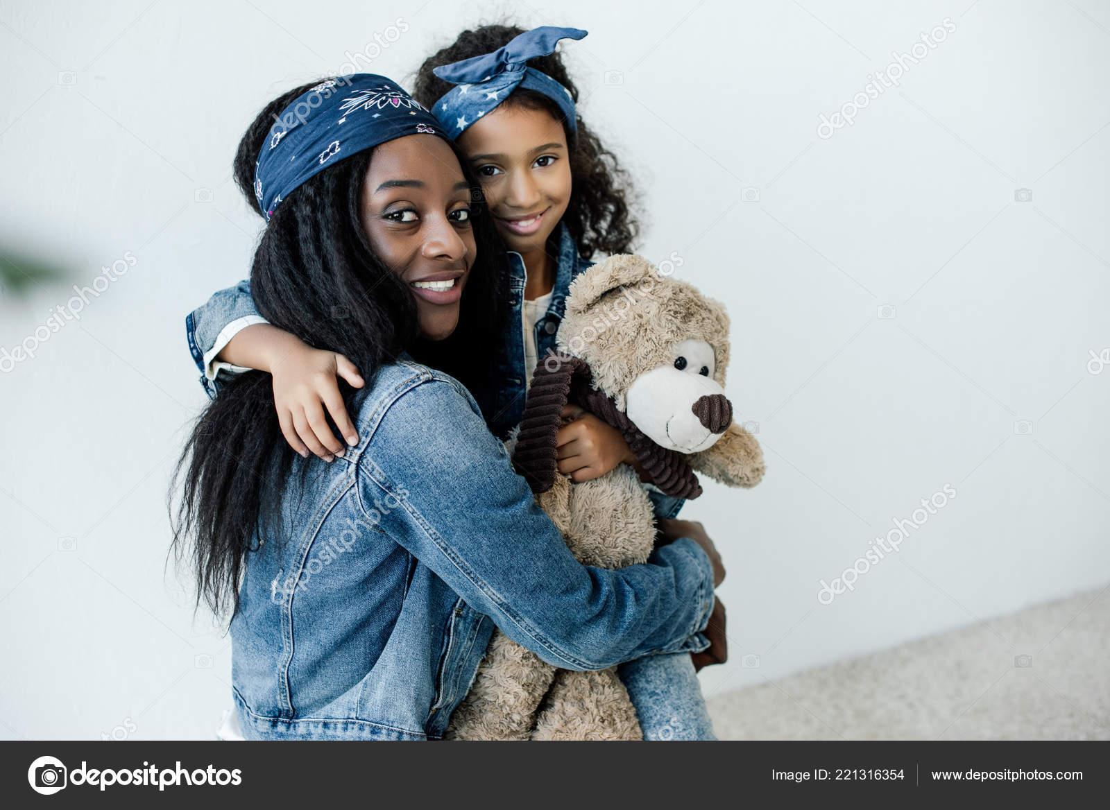 Retrato Sonriente Hija Afro Americana Con Madre Abrazos Oso Peluche