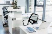 notebook na tabulkách v prázdné moderní kancelář