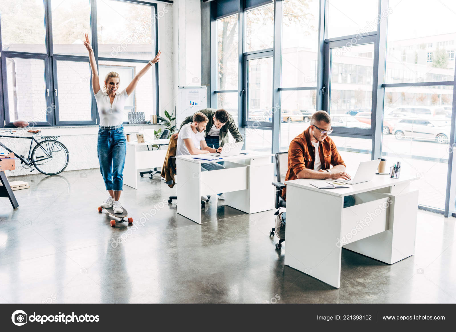Groupe jeunes entrepreneurs heureux travaillent ensemble démarrage