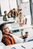 Skupina úspěšných mladých podnikatelů pracuje na spuštění spolu v kanceláři