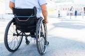 Freigestelltes Bild von Rollstuhlfahrer auf Straße