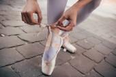 oříznuté záběr mladá baletka vázání baletní špičky na ulici
