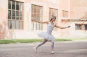 Fotografia bella giovane ballerina in tutu gonna danza sulla via urbana