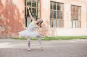 atraktivní mladá baletka v pointe boty tance na městské ulici