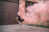 fiatal női kortárs táncművész, a rózsaszín füst utcában