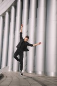 mladá moderní tanečnice tančí v skok na ulici
