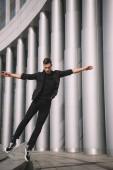 mladá moderní tanečnice skákání v tanci na ulici