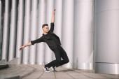 mladý muž provádějící současného tance na ulici