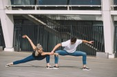 Fotografia giovani danzatori contemporanei esecuzione di danza di strada in città
