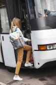 női turisztikai a hátizsák sétáló utcán utazási busz hátsó nézet