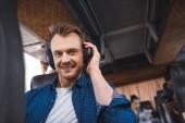 portrét člověka ve sluchátkách poslouchat hudbu a při pohledu na fotoaparát během cesty v autobuse cestovní