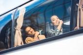boldog ázsiai és vegyes verseny turisták utazási busz kirándulás során