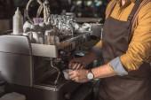 Fotografie Oříznout záběr profesionální barista Příprava kávy s kávovar v kavárně