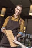 vágott lövés a mosolygó pincér bemutatás étlap oldalra dől café vevő