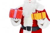 oříznutý pohled santa claus s vánoční dárkové boxy izolované na bílém