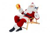 Fotografie Santa claus na lehátko s šampaňské a krabičky izolované na bílém