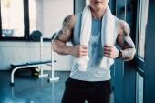 částečné mladého sportovce s bílým ručníkem po dlouhé cvičení