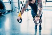 a fiatal izmos sportoló képzés edzőteremben ellenállás sávval vágott megtekintése