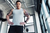 kis szög lövés a fiatal ázsiai sportoló tornaterem