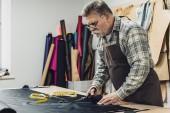 Fotografie schwere Handtasche Handwerker in Schürze und Brillen Leder schneiden, Scheren in Werkstatt
