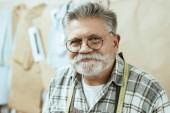 Fotografie Porträt von lächelnden Handwerker in Brillen, Blick in die Kamera im studio