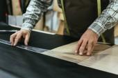 Bild der Handtasche Handwerker Messungen auf Leder in Werkstatt zugeschnitten