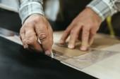 Fotografie Bild der Handtasche Handwerker Messungen auf Leder in Werkstatt zugeschnitten