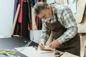 mužské kabelka řemeslník zástěru a brýle ve studiu