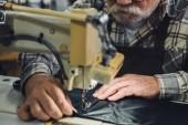 částečný pohled mužského Krejčí pracující na šicí stroj ve studiu