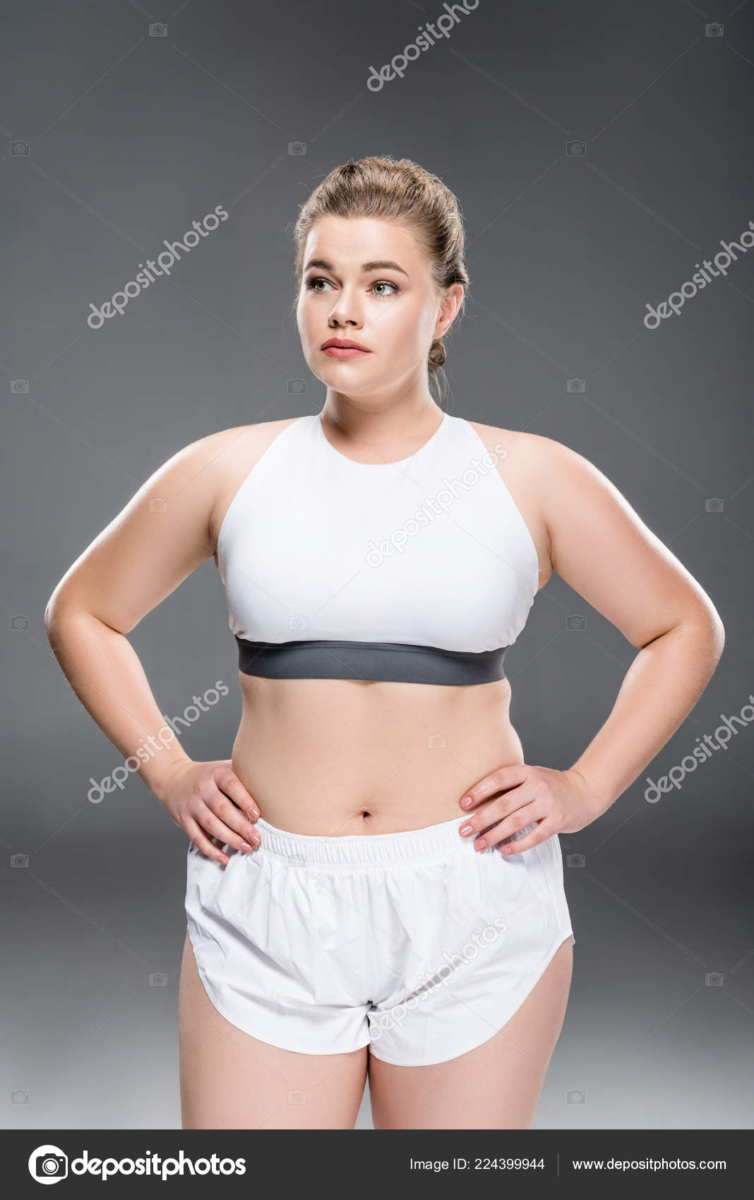57b42d7d59b5 Ελκυστική Νεαρή Γυναίκα Υπερμεγέθη Αθλητικά Είδη Στέκεται Χέρια Στη Μέση — Φωτογραφία  Αρχείου
