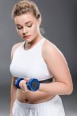 mladí velikost plus žena cvičení se činka izolované Grey