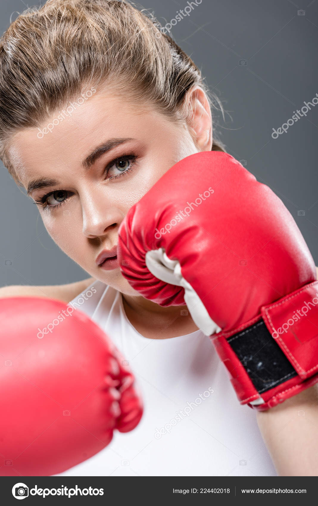 56a38f7dfd07 Προβολή Μεγέθυνση Από Νεαρή Γυναίκα Γάντια Του Μποξ Που Βλέπουν — Φωτογραφία  Αρχείου