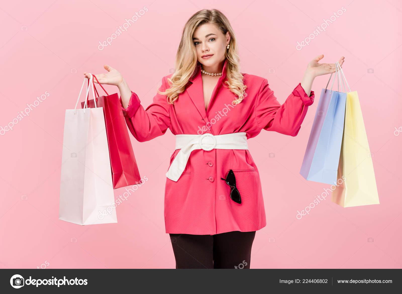 216e48c549 Όμορφη Μόδας Νεαρή Υπέρβαρη Γυναίκα Κρατώντας Τσάντες Για Ψώνια Και — Φωτογραφία  Αρχείου