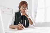 afroamerické ženy dospělých architekt v brýlích pomocí pera a práci na dokumentech v úřadu