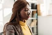 Fotografia Ritratto della donna di affari adulto afroamericano elegante a formar indossare e rotondi occhiali
